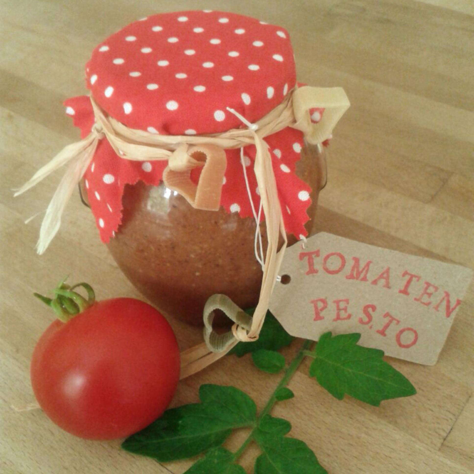 Mal wieder was Kulinarisches als Mitbringsel: Tomatenpesto – oder – Tomaten ins Glas gepackt
