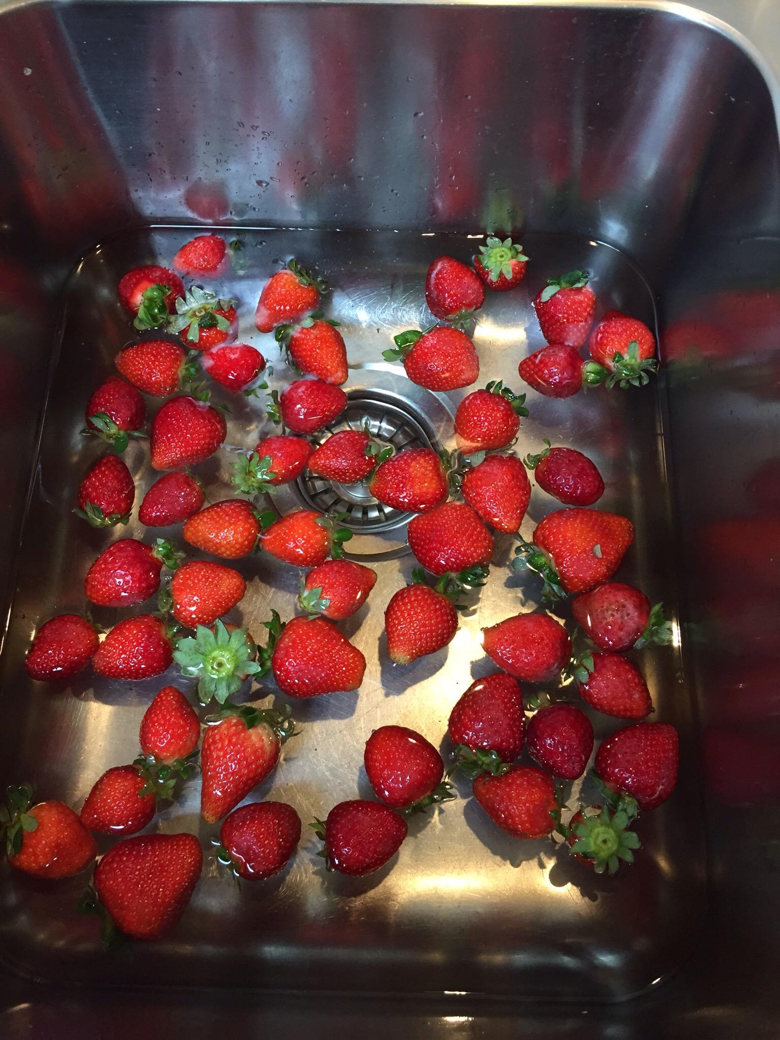 12 von 12 im Mai 2015 – oder – Von Erdbeeren, Schuhen und Zeitungsschnipseln