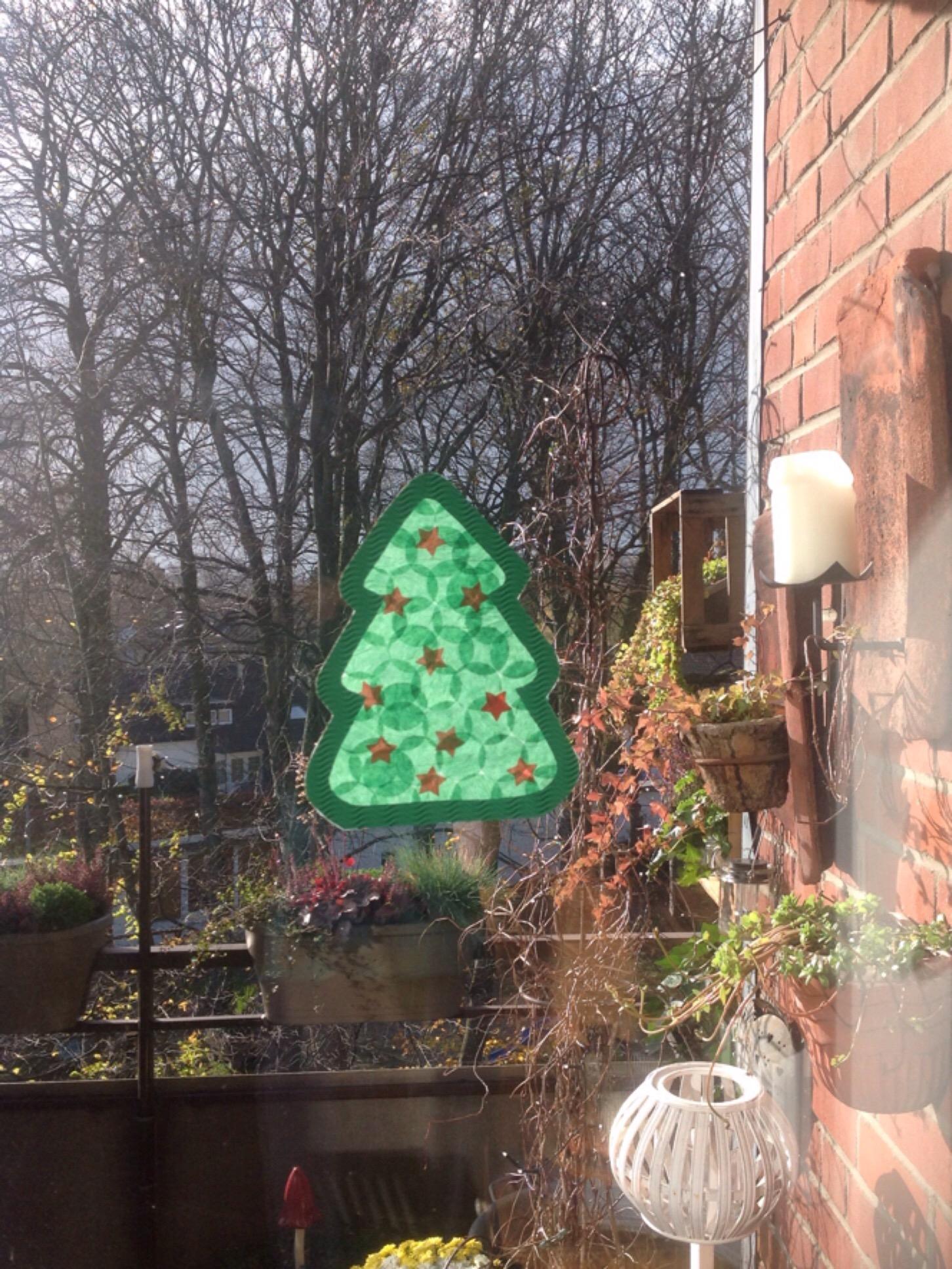 Der Weihnachtsbaum für's Fenster – oder – Bastelidee für kleine Leute