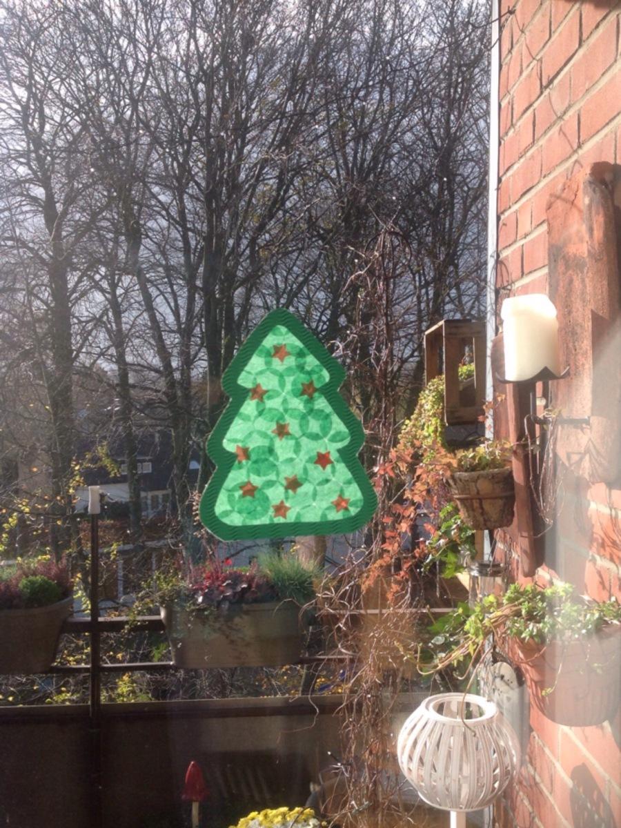 der weihnachtsbaum f r s fenster oder bastelidee f r. Black Bedroom Furniture Sets. Home Design Ideas