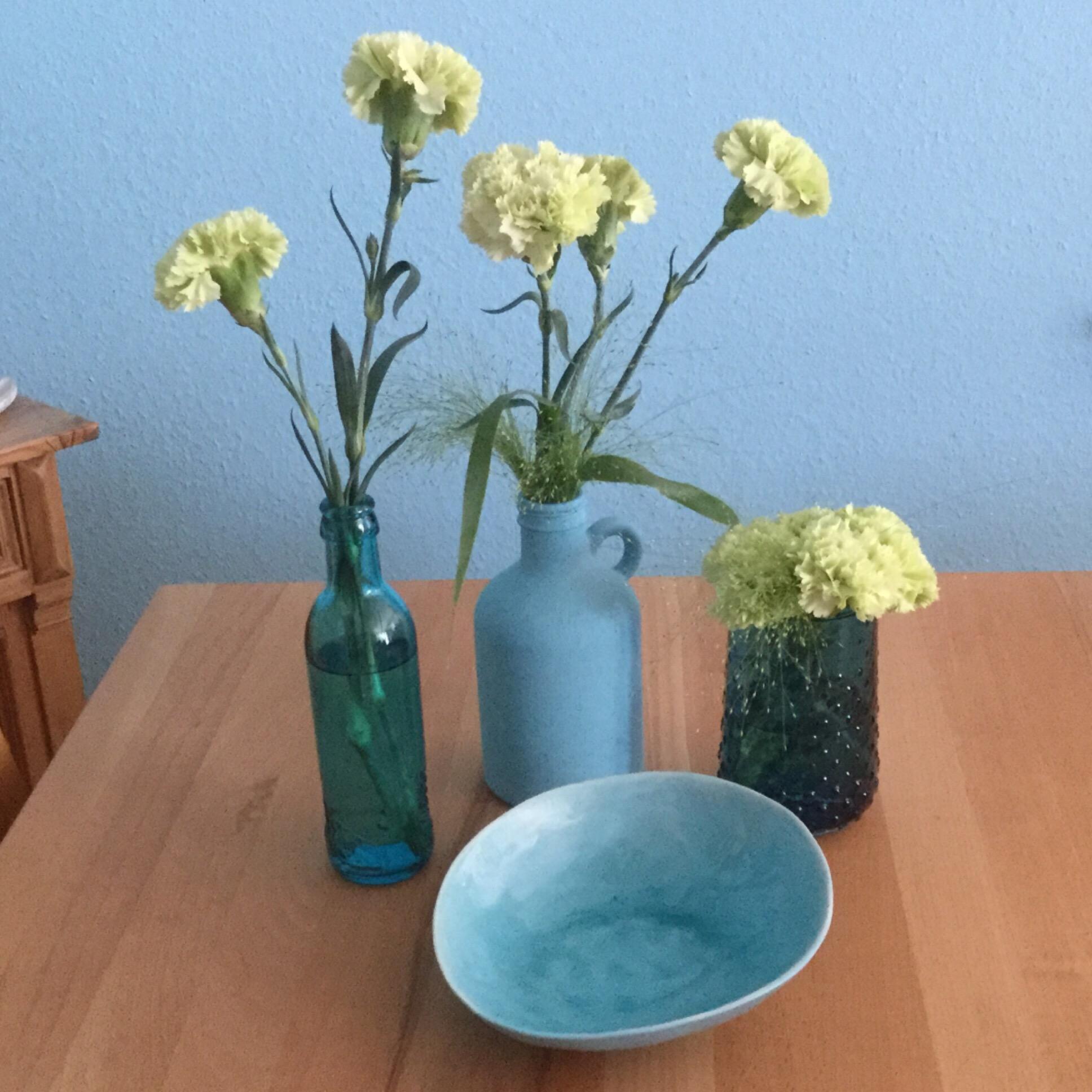 Friday-Flowerday – oder – Von Nelken und türkisen Vasen