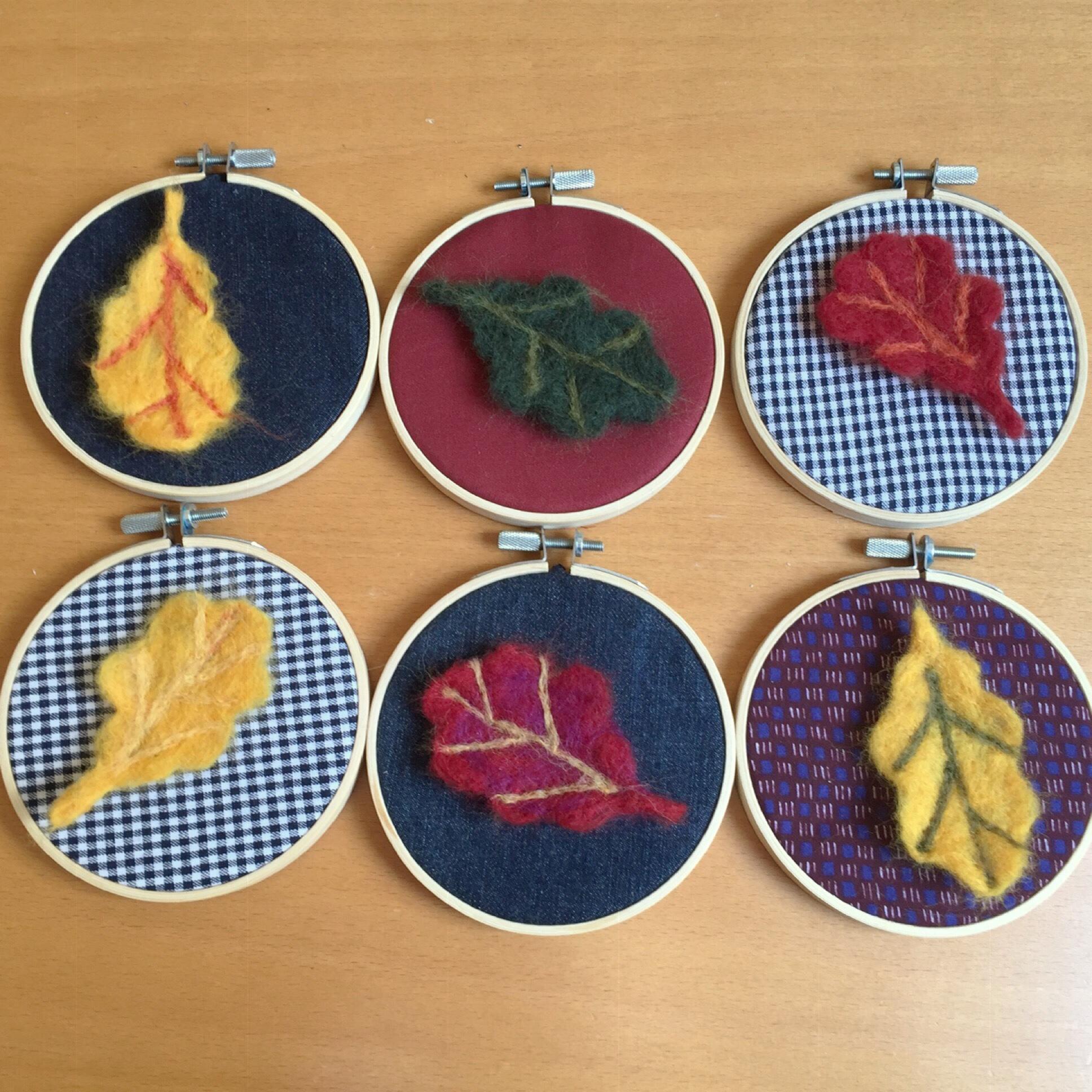 Blätter tanzen im Sonnenlicht- oder – Von gefilzten Blättern und kleinen Stickrahmen