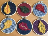 Blätter tanzen im Sonnenlicht- oder – Von gefilzten Blättern und kleinenStickrahmen