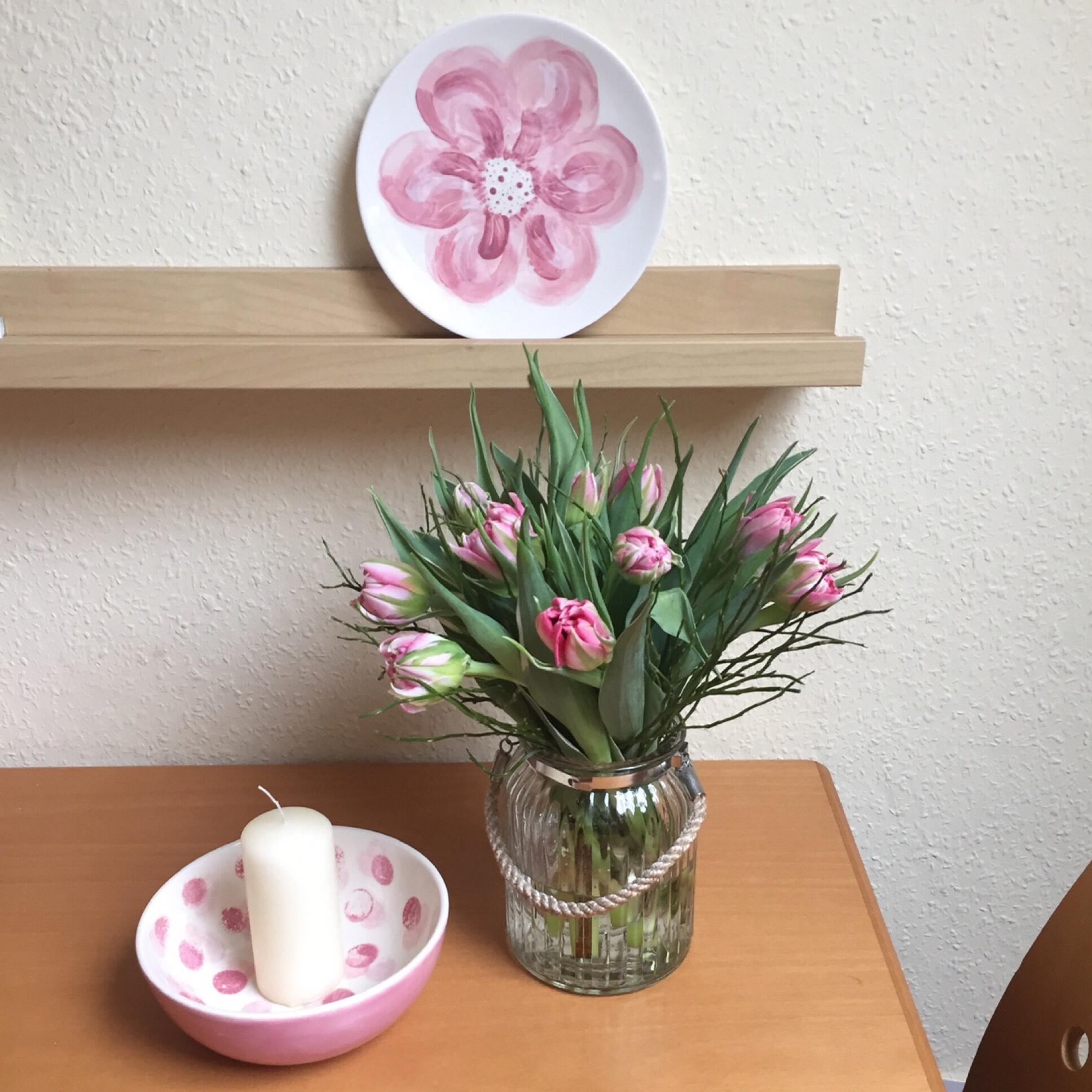 Friday-Flowerday – oder – Rosa Blumen in der Vase und auf Keramik