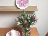 Friday-Flowerday – oder – Rosa Blumen in der Vase und aufKeramik