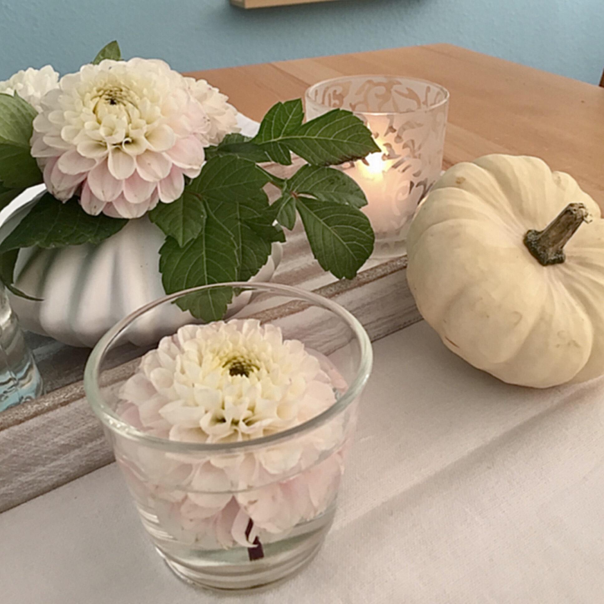 Friday-Flowerday – oder – Von Dahlien, Farn und weißen Blättern