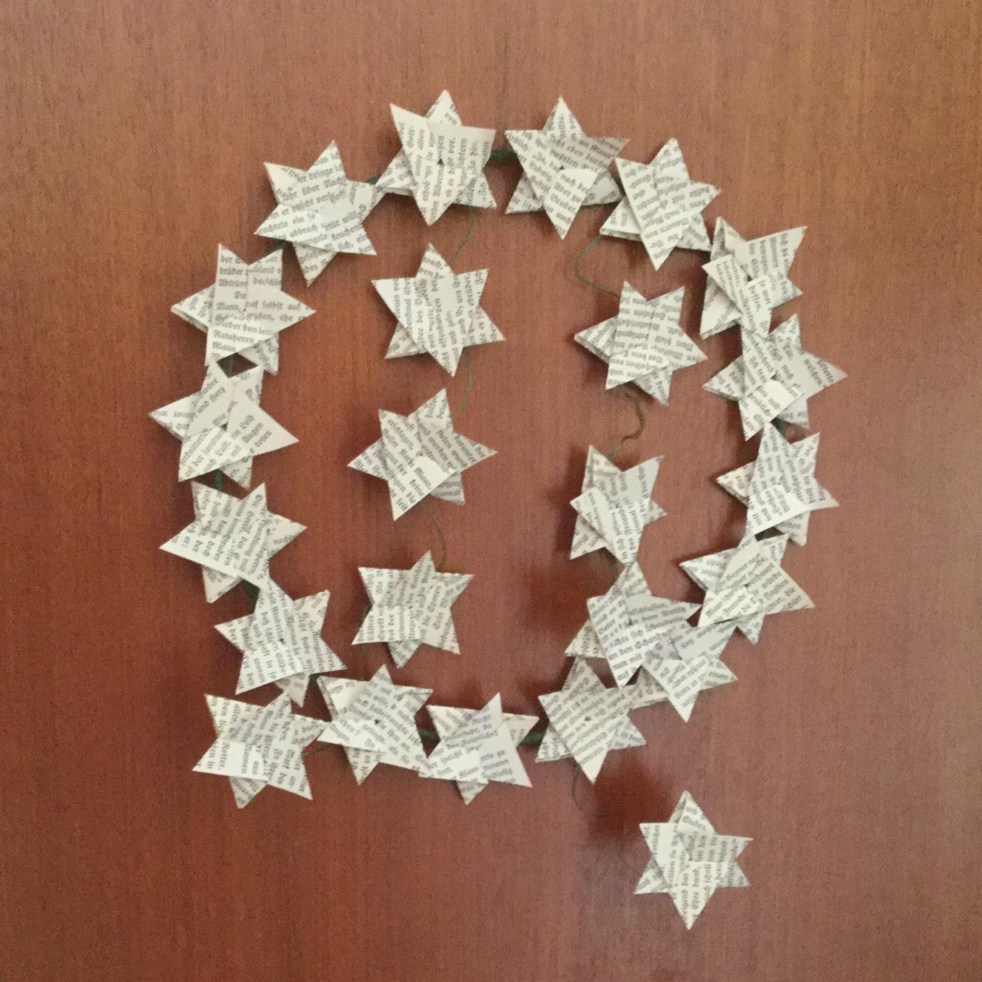 Weihnachtszeit bei Lilamalerie #3 – oder – Alte Bücher reloaded: Kranz aus gefalteten Sternen