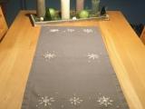Weihnachtszeit bei Lilamalerie #19 – oder – Gestickte Schneeflocken auf einemTischläufer