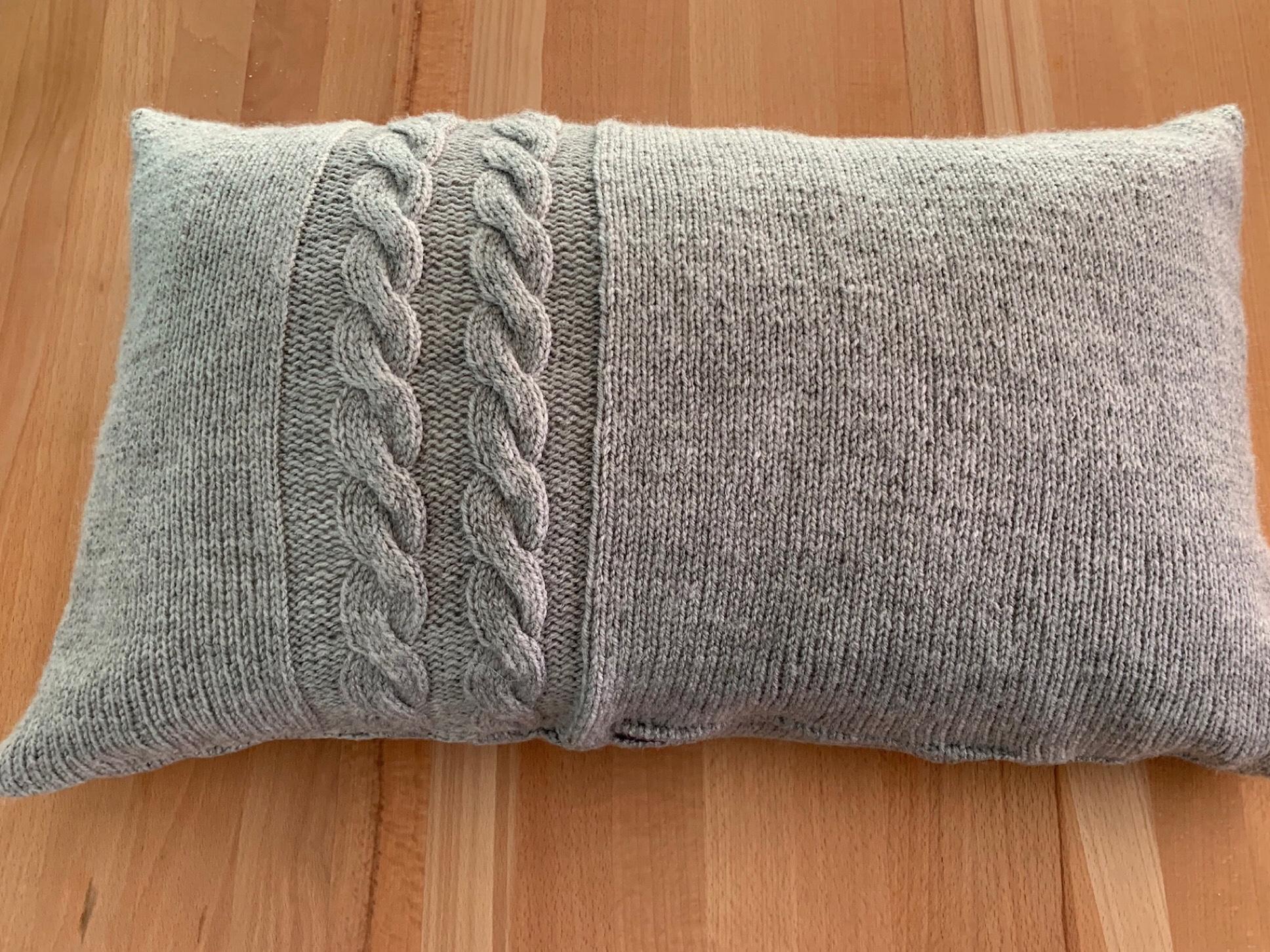 Verzopft und zugenäht – oder – Strickkissen XL