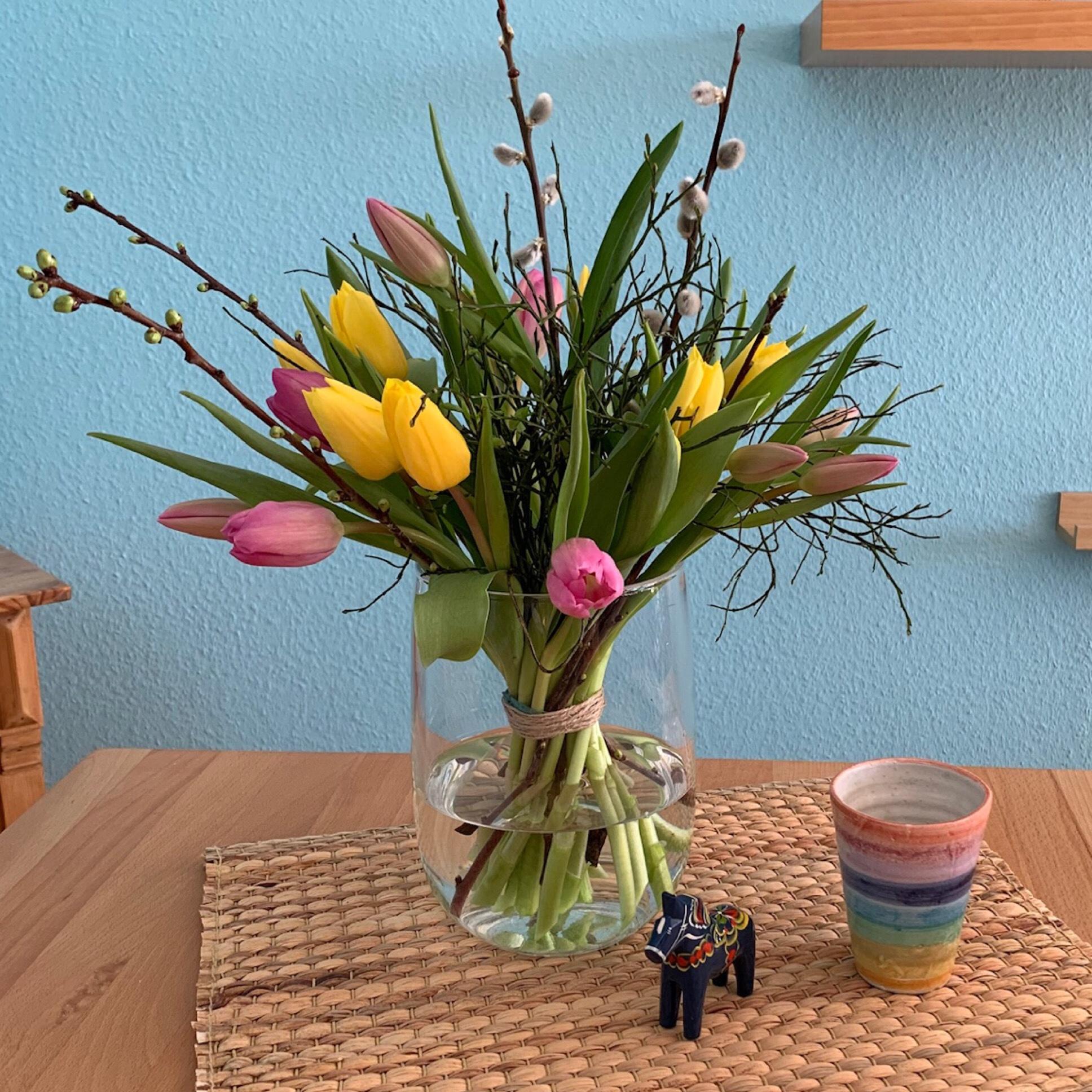 Friday-Flowerday – oder – Jetzt wird's bunt: Tulpen und ein Regenbogenbecher