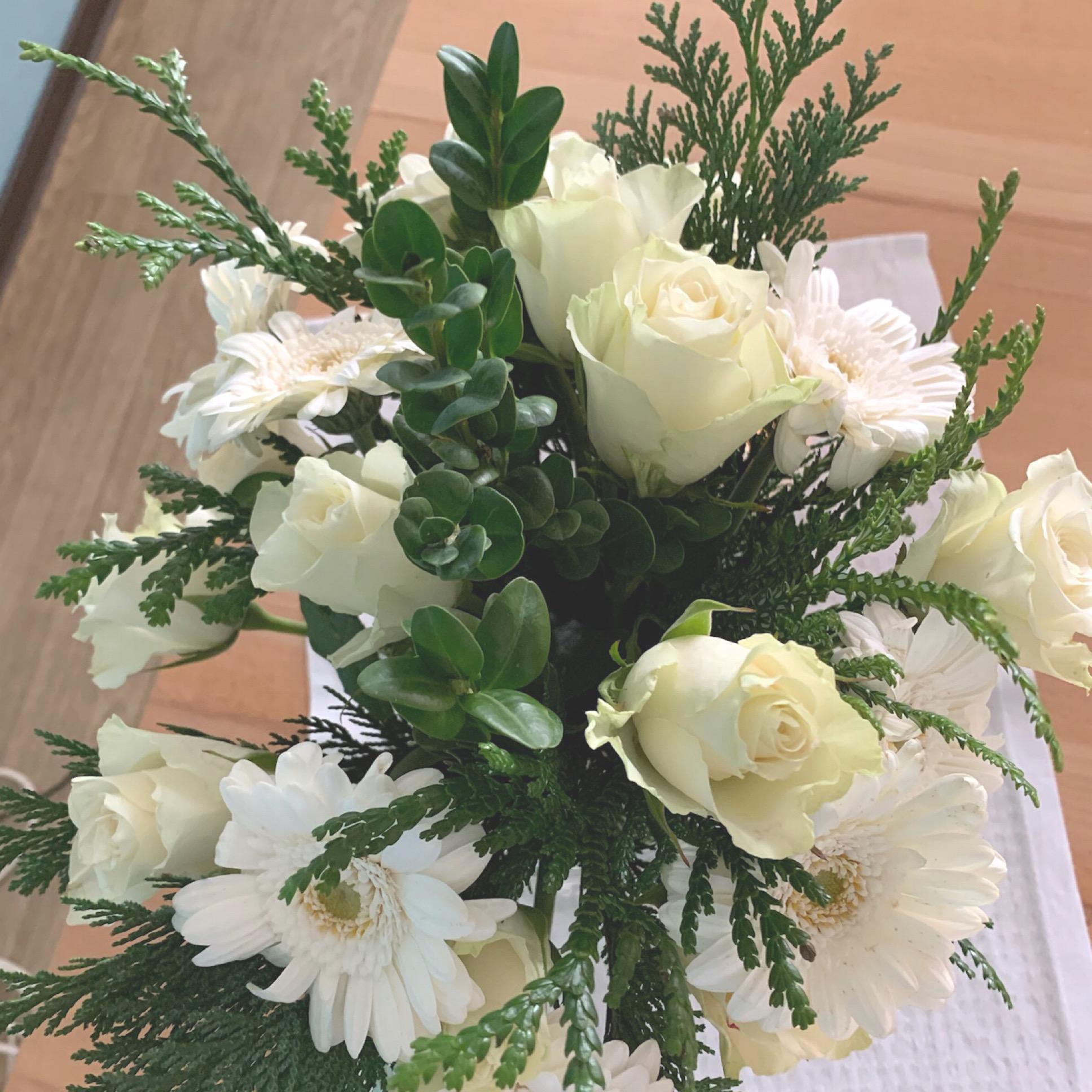 Friday-Flowerday – oder – Weiß mit einem Touch Weihnachtsgrün